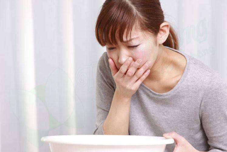 Buồn nôn là triệu chứng thường thấy khi uống quá nhiều nước